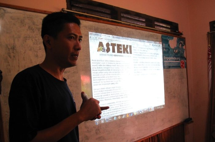 Yerry(EM) gives introduction for ASTEKI members about online distribution workshop.