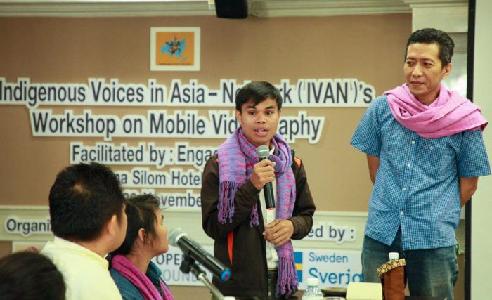 Saraen Hin, from the Kreung indigenous people in Cambodia, shares his insights after the first day of the workshop. Yerry Borang of EngageMedia facilitated this session. (Photo by Mona Sihombing)